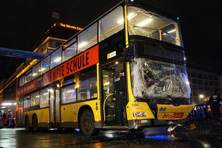 Die Front des BVG-Busses wurde durch den Aufprall massiv beschädigt.
