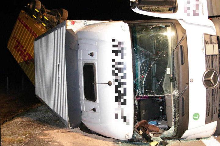 Der Lkw landete auf der Seite, zusammen mit einem Anhänger. Die Feuerwehr musste den Fahrer aus dem Fahrzeug befreien.