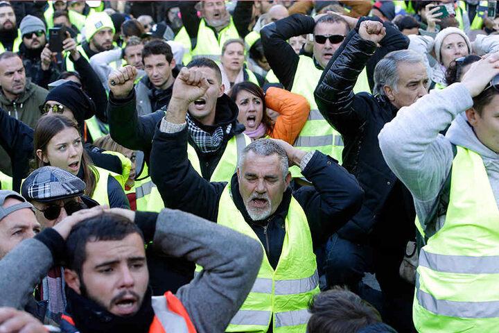 """Demonstranten der """"Gilets Jaunes"""" (Gelbwesten) in Marseille. Die Protestbewegung begann als Widerstand gegen eine Steuererhöhung für Kraftstoff."""