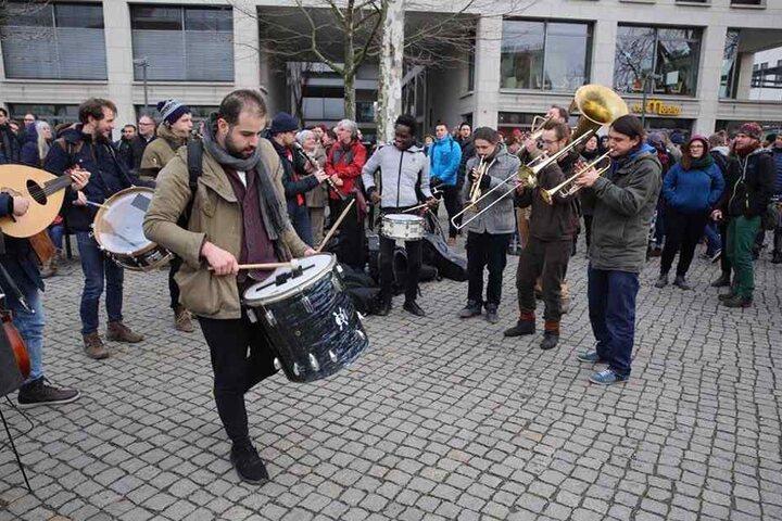 """Die Musikergruppe """"Banda Internationale"""" sorgt auf dem Postplatz für musikalische Unterhaltung und gute Laune."""