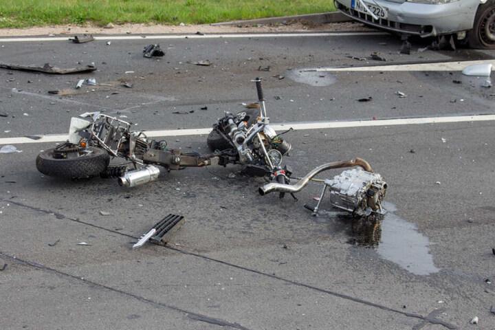 Der Mopedfahrer erlitt bei dem schrecklichen Unfall tödliche Verletzungen.