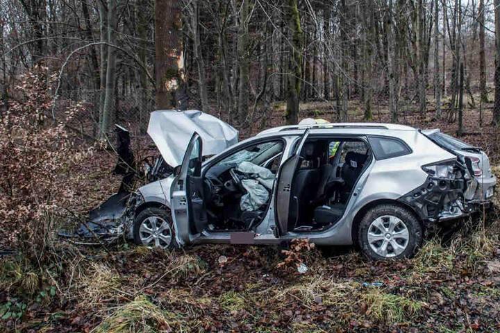 Der Fahrer wurde schwer verletzt aus dem Wrack befreit.