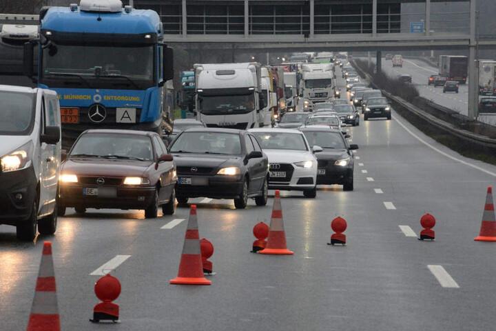 Der Verkehr musste an der Unfallstelle vorbeigeleitet werden.