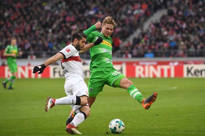 Emiliano Insua (l.) vom VfB im Zweikampf mit Mönchengladbachs Nico Elvedi.