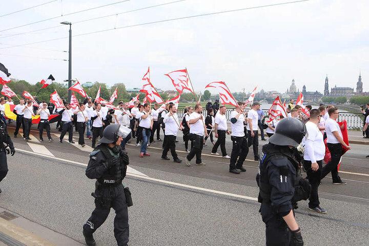 Demonstranten der NPD ziehen am 1. Mai über die Marienbrücke in Dresden.