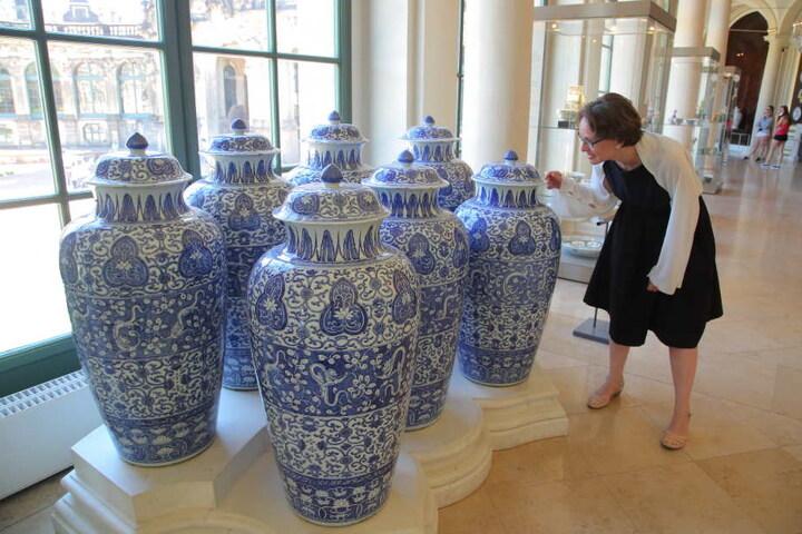 Die Direktorin der Porzellansammlung Julia Weber (38) inspiziert die gefährlichen Staub-Ablagerungen auf Augusts geschätzten Dragoner-Vasen.