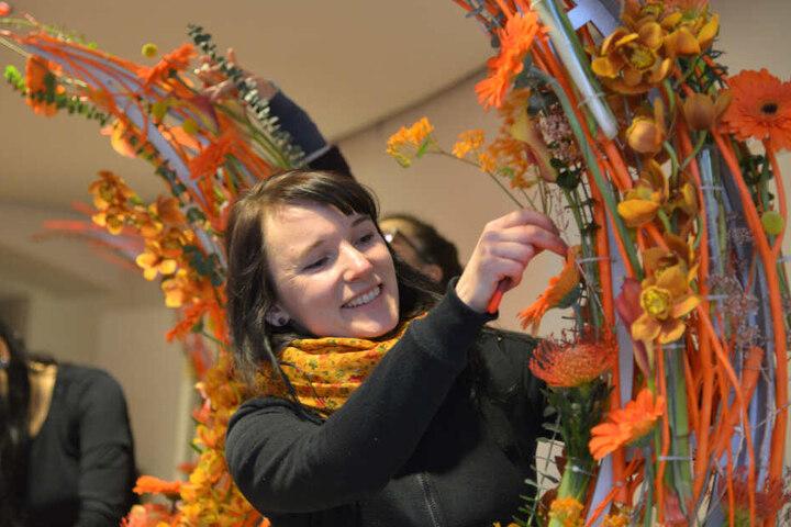 Stephanie Seelemann (34) vom Gartenfachmarkt Richter fertigt den Blumenschmuck.