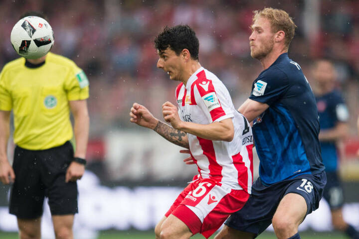 Der Torschütze Sebastian Griesbeck von Heidenheim kämpft um den Ball gegen Unions Philipp  Hosiner.