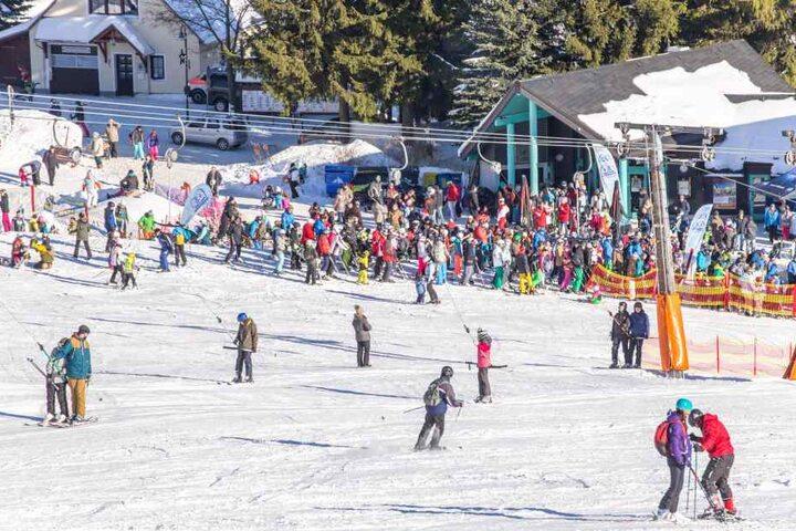 11.000 Skifahrer mehr als im Vorwinter haben die Pisten auf dem Fichtelberg  bevölkert. Noch liegt Schnee, laufen die Lifte.