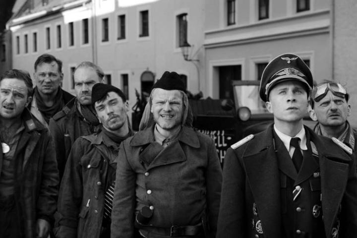 """Schwentkes Film """"Der Hauptmann"""" erzählt die Geschichte von Kriegsverbrecher Willi Herold (gespielt von Max Hubacher, 2.v.r.)."""