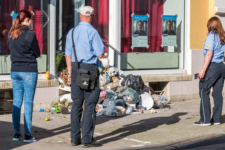 Das Ordnungsamt steht etwas ratlos vor dem Haufen Müll in der Trierer Straße.