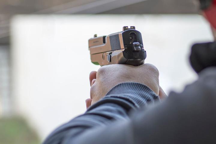 Zeugen hatten Schüsse gehört, die von einem Balkon abgefeuert wurden. (Symbolbild)