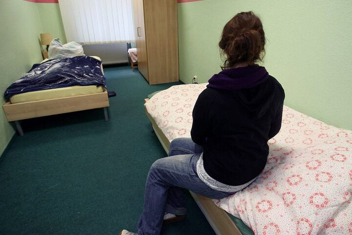 Viele Frauen flüchten sich in Notunterkünfte oder Obdachlosenheime, andere gehen sexuelle Zweckbeziehungen für einen Schlafplatz ein.