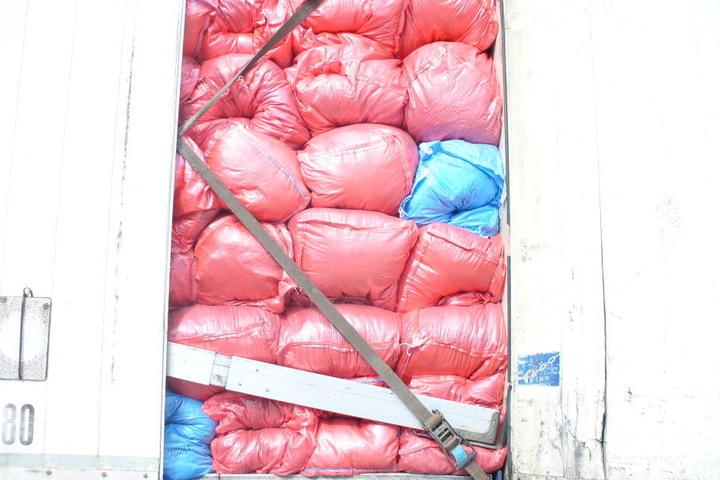 In Säcken verpackt versuchte der LKW den Müll nach Spanien zu transportieren.