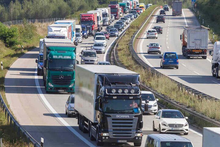 Insgesamt fünf Unfälle mit 18 Fahrzeugen haben für eine etwa fünf Stunden lange Sperrung der A72 zwischen Zwickau-West und Zwickau-Ost gesorgt. (Symbolbild)