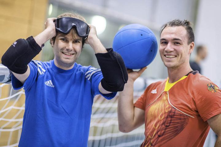 Coach Sascha Timaeus (31, r.) zeigte TAG24-Reporter Martin Gottschling (28, l.), worauf man beim Goalball achten muss.