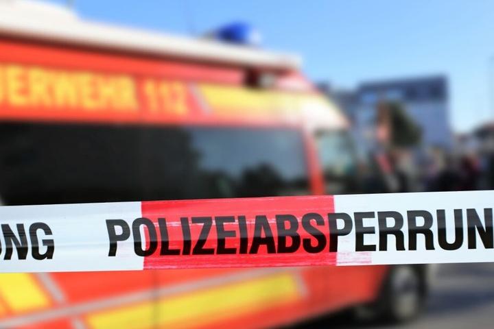 Die Feuerwehr barg einen toten Menschen (Symbolbild)