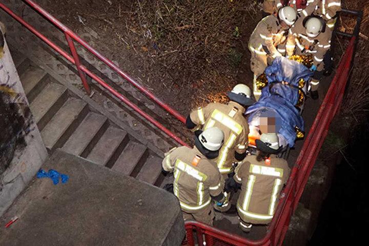 Die Feuerwehr zog den Mann stark unterkühlt aus dem Kanal.