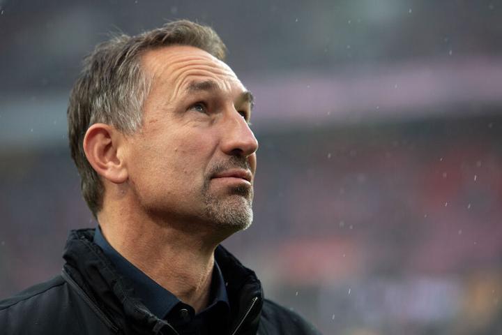 Kölns Trainer Achim Beierlorzer blickt vor der Partie in die Runde.