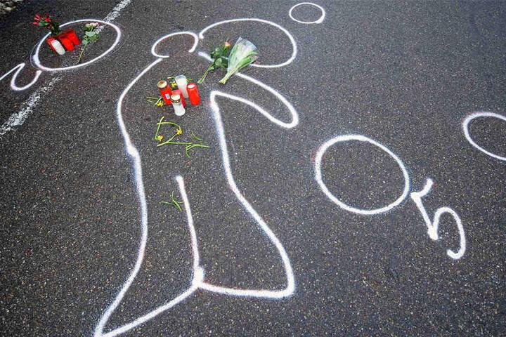 Kreidespuren vor einem Autohaus in Wendlingen zeigen die Umrisse von Tim K. Der Amokläufer hatte sich hier selbst gerichtet. (Archivbild)
