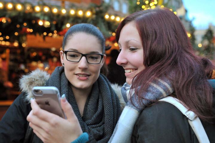 Für Lisa Marie Spitzner (19) und Nadine Fischer (19) ist eine Dating-App kein  Thema. Aber gucken mögen sie schon.