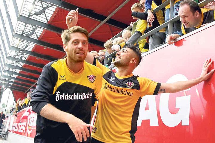 """Andreas """"Lumpi"""" Lambertz (l.) hat ein Grinsen im Gesicht, während Aias Aosman Selfies mit den Dynamo-Fans schießt."""