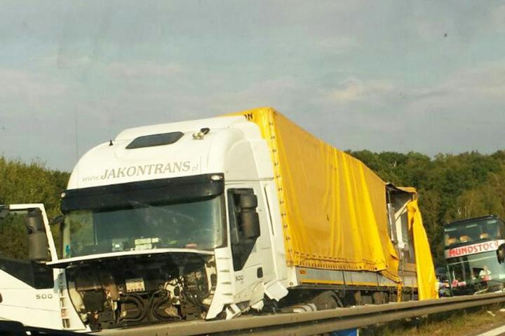 Der LKW-Fahrer kam mit einem Schock davon, blieb aber unverletzt.