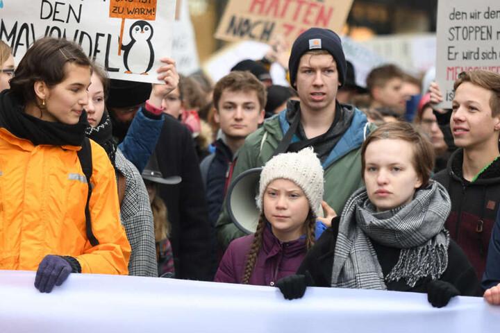 Greta Thunberg (Mitte) demonstriert mit Hamburger Schülern auf dem Gänsemarkt.