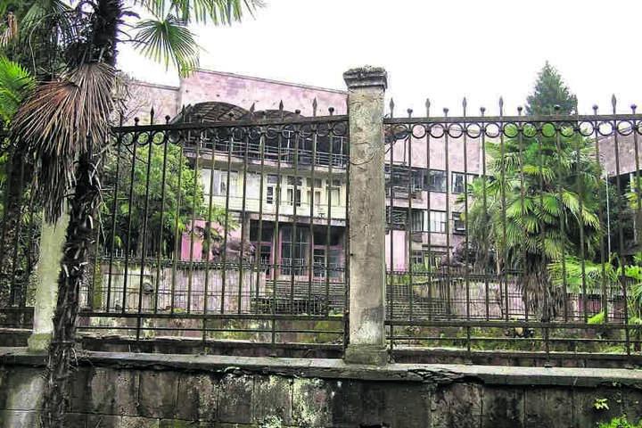 Von Ardenne forschte nach dem  Zweiten Weltkrieg zehn Jahre lang in der Sowjetunion, arbeitete in diesem  Institut in Sochumi am Schwarzen Meer.
