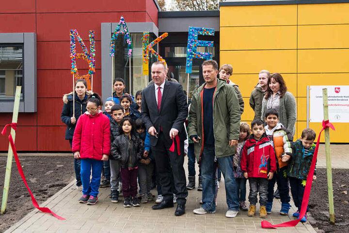 Niedersachsens Innenminister Boris Pistorius schnitt offiziell das Band durch.