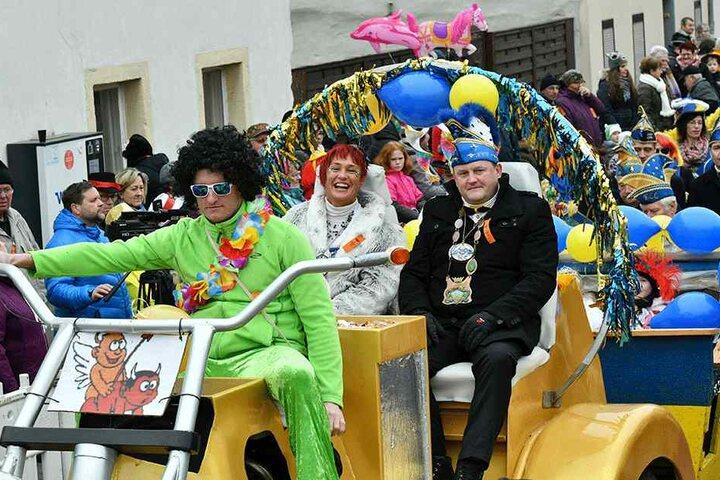 Prinzessin Dana und Prinz Mathias vom vom Königsbrücker Carneval-Club beim Faschingsumzug.