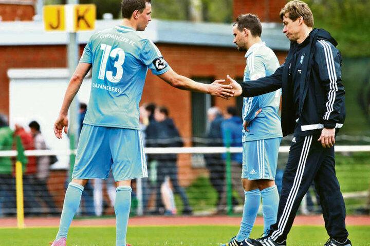 CFC-Coach Sven Köhler (r.) klatschte  mit Tim Danneberg ab, doch die Gesichter der Chemnitzer sprachen Bände.