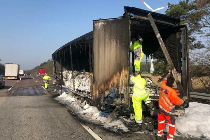 Erst am Samstag konnte der Laster abgeschleppt und die Unfallstelle geräumt werden.