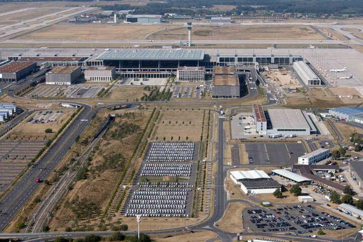 Beide sollen über das jahrelange Debakel um Baumängel und geplatzte Eröffnungstermine am künftigen Hauptstadtflughafen BER Auskunft geben.
