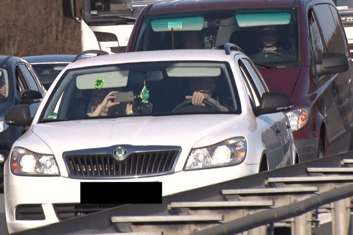 Durch Gaffer, die mit dem Smartphone filmen, kommt es häufig zu weiteren Unfällen. Hier eine Szene auf der A4 bei Ohorn.