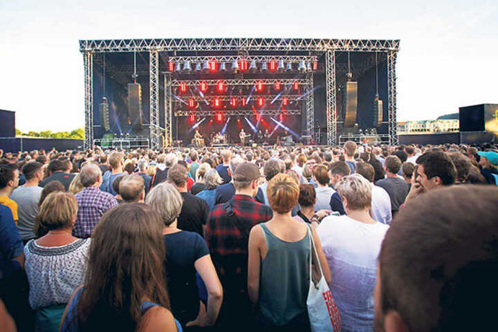 Mehr als 6000 Gäste und viele Zaungäste auf den Brücken und Elbwiesen waren  zum Konzert-Auftakt der Filmnächte gekommen.