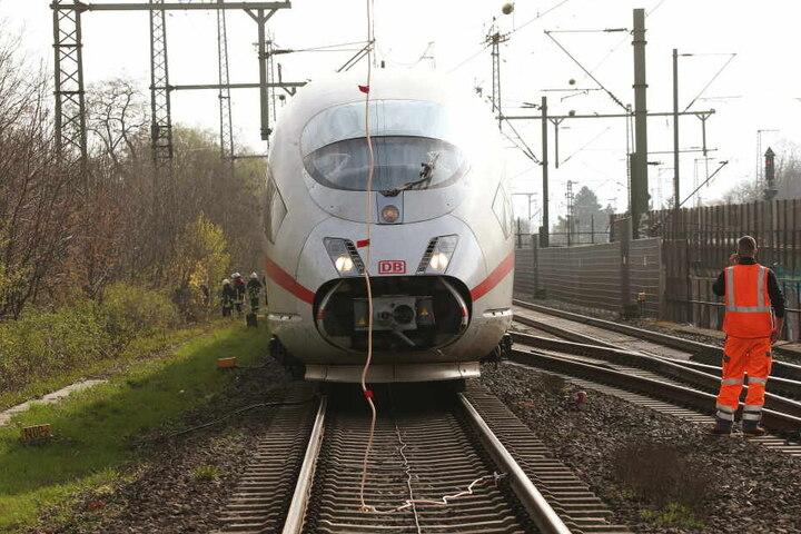 In der Nähe des Düsseldorfer Hauptbahnhofs war die Oberleitung abgerissen.