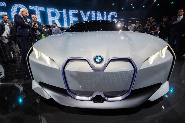Der Automobilhersteller BMW präsentiert auf seiner Pressekonferenz den BMW i Vision Dynamics.
