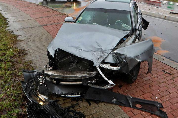 Die beiden Insassen des Audi wurden bei dem Unfall verletzt.