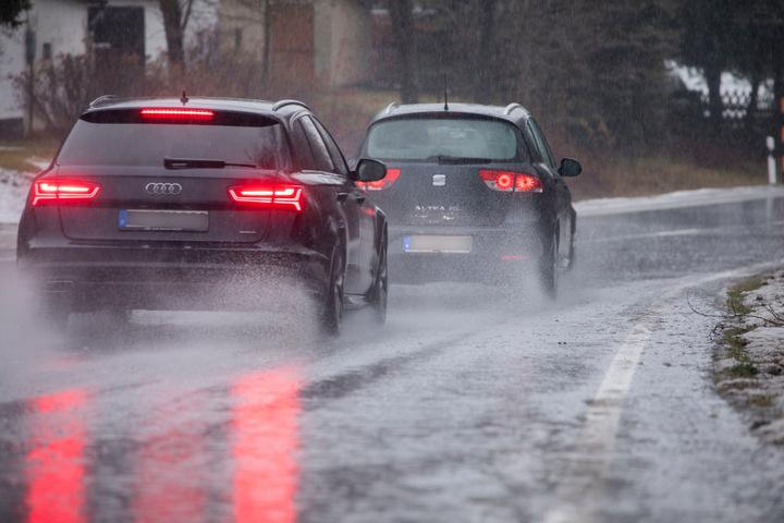 Das Tauwetter verwandelte die Straßen am Sonntag in Bäche.