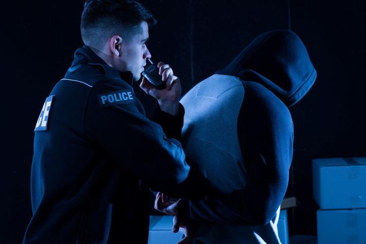 Bei seiner Festnahme widersetzte sich der 26-Jährige so vehement, dass er die beiden Beamten an den Händen verletzte (Symbolbild).
