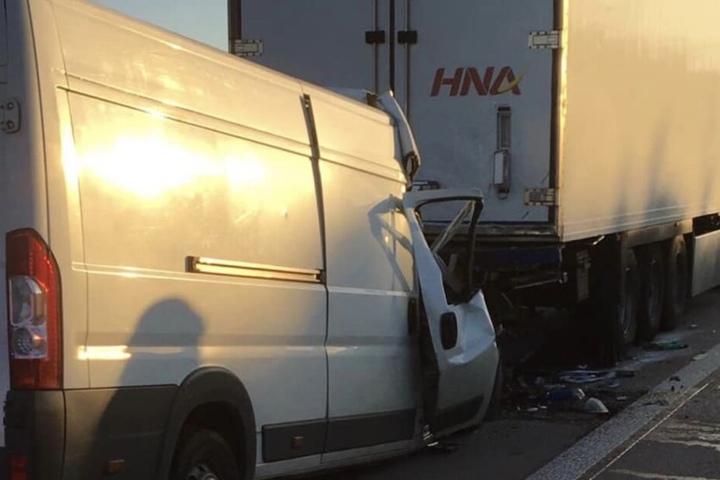 Der Fahrer des Kleintransporters verstarb im Krankenhaus.