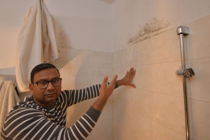 Mubbshir Ahmed (43) kann es nicht fassen: Nach dem Wassereinbruch bildete sich Schimmel im Bad.