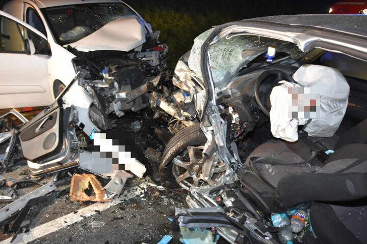 Der 22-jährige Golf-Fahrer wurde bei dem Unfall eingeklemmt und musste von der Feuerwehr geborgen werden.