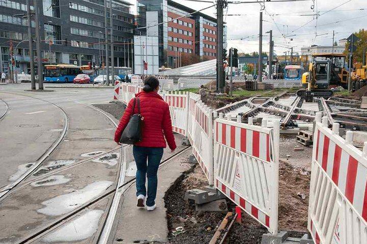 Lebensgefährlich: Zahllose Fußgänger hangeln sich entlang der Schienen und  Bauzäune.