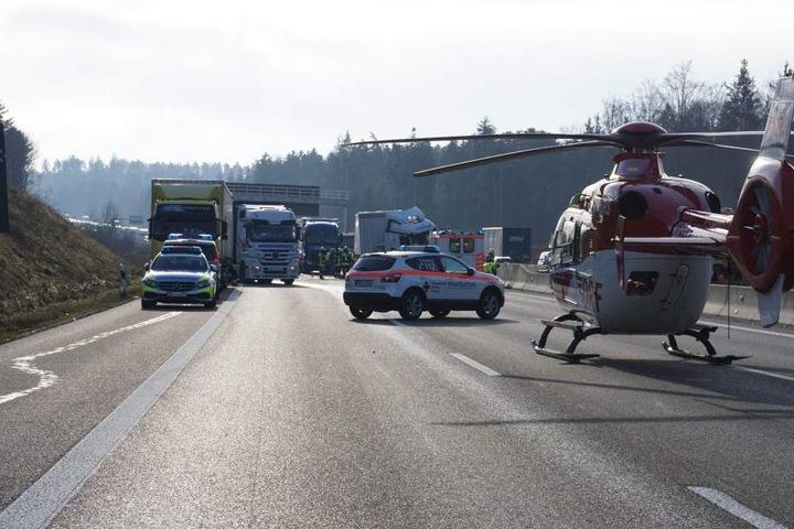 Der Unfallverursacher wurde mit einem Rettungshubschrauber in die Klinik geflogen.