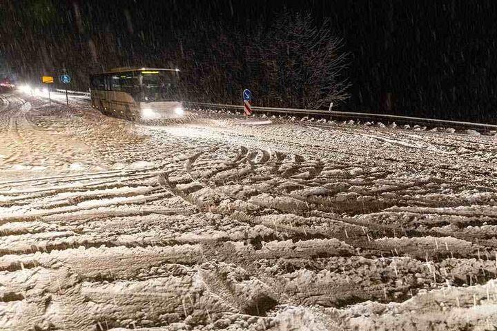 Das Schneetreiben erschwerte das Vorankommen auf der B95