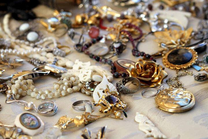 Der Dieb entkam mit zwei Taschen voll Goldschmuck und Bargeld.
