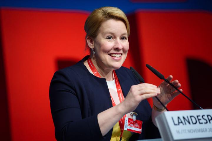 Familienministerin Franziska Giffey kritisiert die Äußerungen ihrer Bundeskabinetts-Kollegen Karliczek.