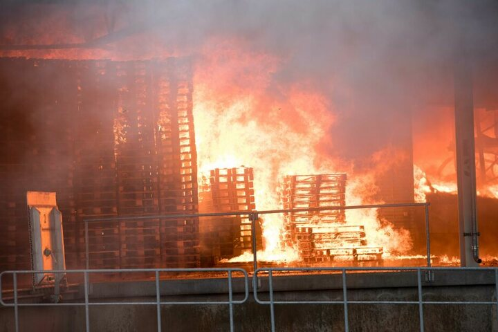 In der Halle ist unter anderem Verpackungsmaterial in Brand geraten.